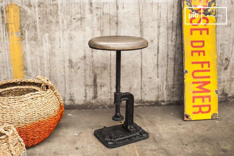 Wenn Sie auf der Suche nach einem Hocker sind, der an einen alten Werkstattstuhl erinnert, dann haben Sie in diesem gusseisernen Hocker vielleicht das passende Möbel gefunden