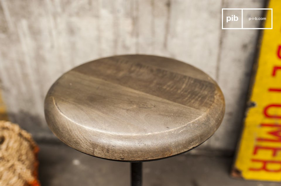 Dieser Giessereihocker verfügt über eine runde Sitzfläche aus hellem Massivholz, die höhenverstellbar ist (42 bis 51cm)