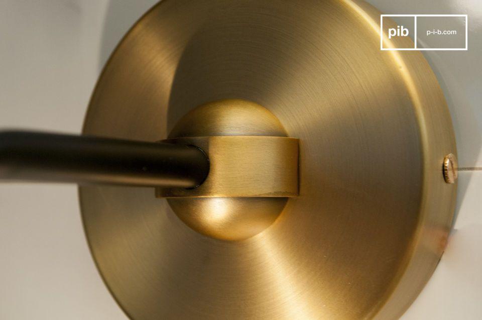 Die Reinheit des Glases und die Eleganz des goldenen Aluminiums vereinen sich in dieser Wandleuchte