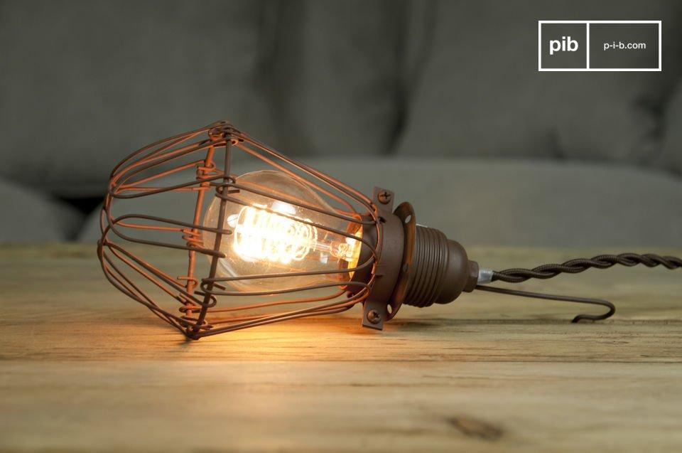 Die Vintage Handlampe Olympia ist eine moderne Lampe, die sich ideal an Ihre Bedürnisse und Launen anpasst: Sie können Sie entweder auf einem Tisch verwenden aber aber auch an die Decke hängen
