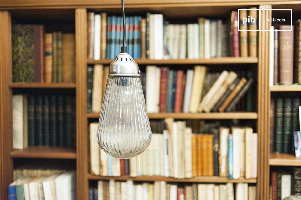 Das dicke Glas dieser Leuchte ist gerillt und strahlt angenehmes Licht aus