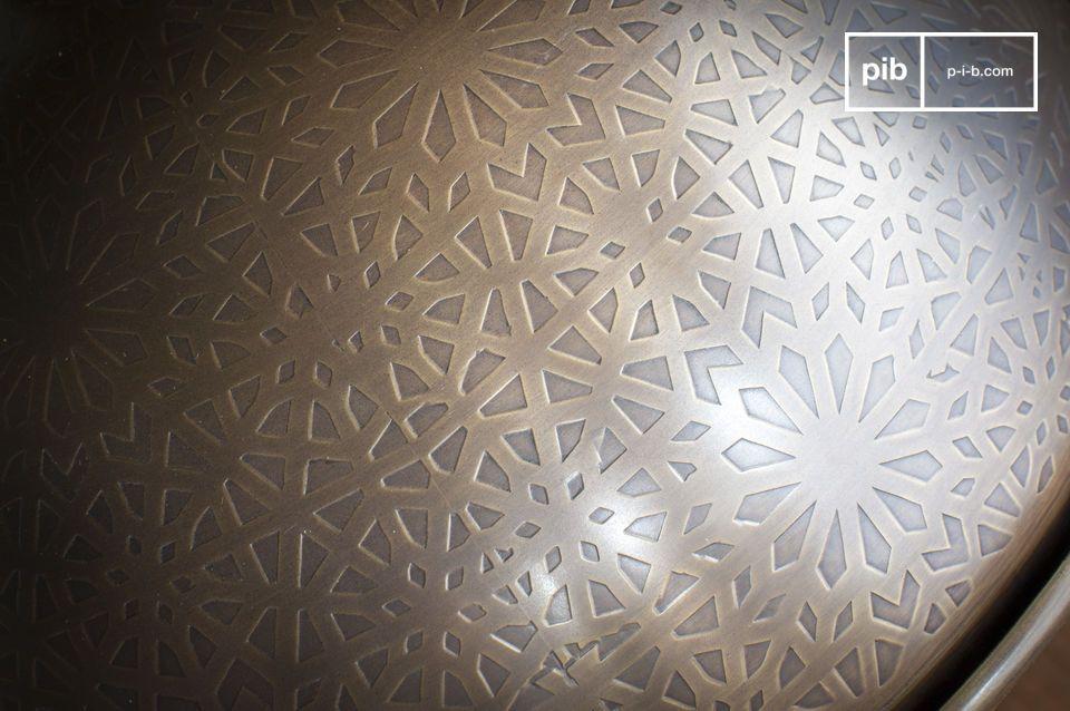 Ein Patchwork aus dreieckigen und viereckigen Figuren in herrlichem Kontrast zur Rundung der Lampe