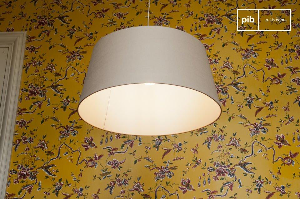 Ein lasiertes Holzstück welches sich über dem Lampenschirm befindet macht die Lampe zu etwas