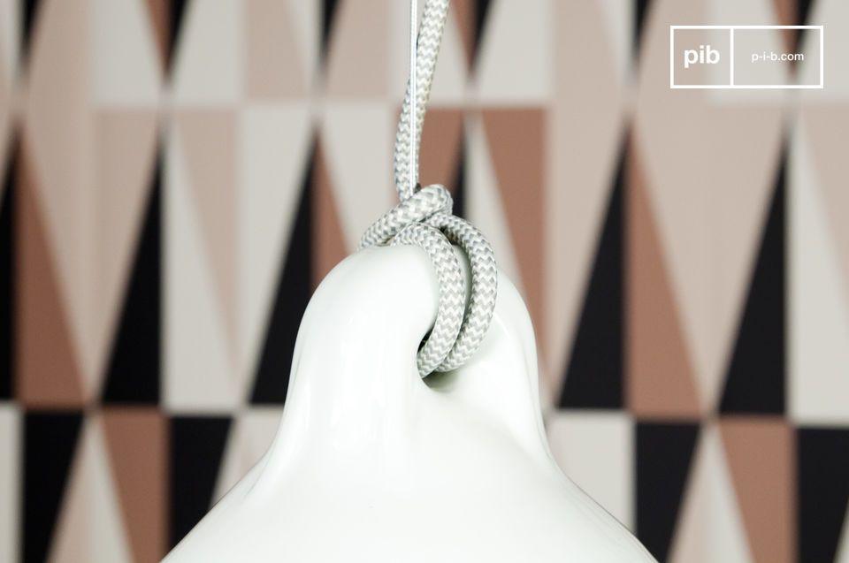 Diese zur Gänze aus emailliertem Porzellan gefertigte Deckenleuchte präsentiert sich im schicken