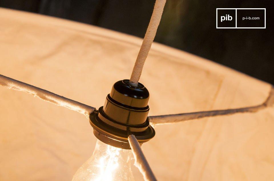 Diese Hängeleuchte mit einem Durchmesser von 55 Zentimetern besteht ganz aus recycletem Baumwollgewebe, das leicht zerknittert ist, wie die Segel alter Schiffe