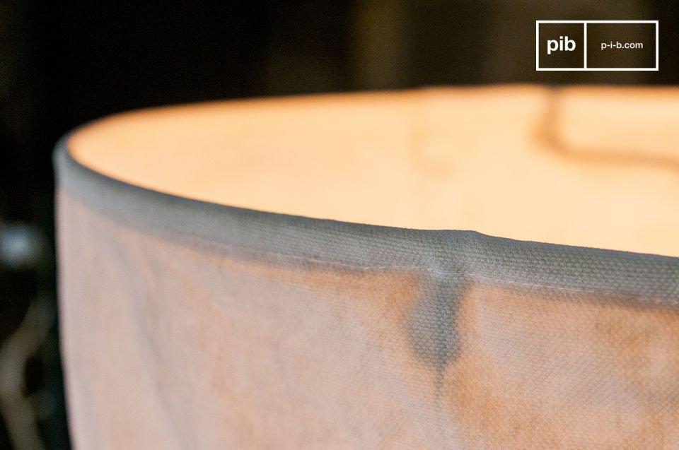 Das Innere der Leuchte besteht aus drei kleinen metallischen Stangen, die ebenfalls mit dem selben Gewebe umflochten sind und die der Hängeleuchte eine solide Struktur schenken