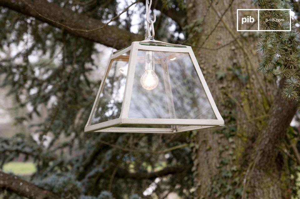 Diese Glaslampe mit ihrem Rahmen aus beige patiniertem Metall besticht durch ihr resolutes Shabby Chic Design