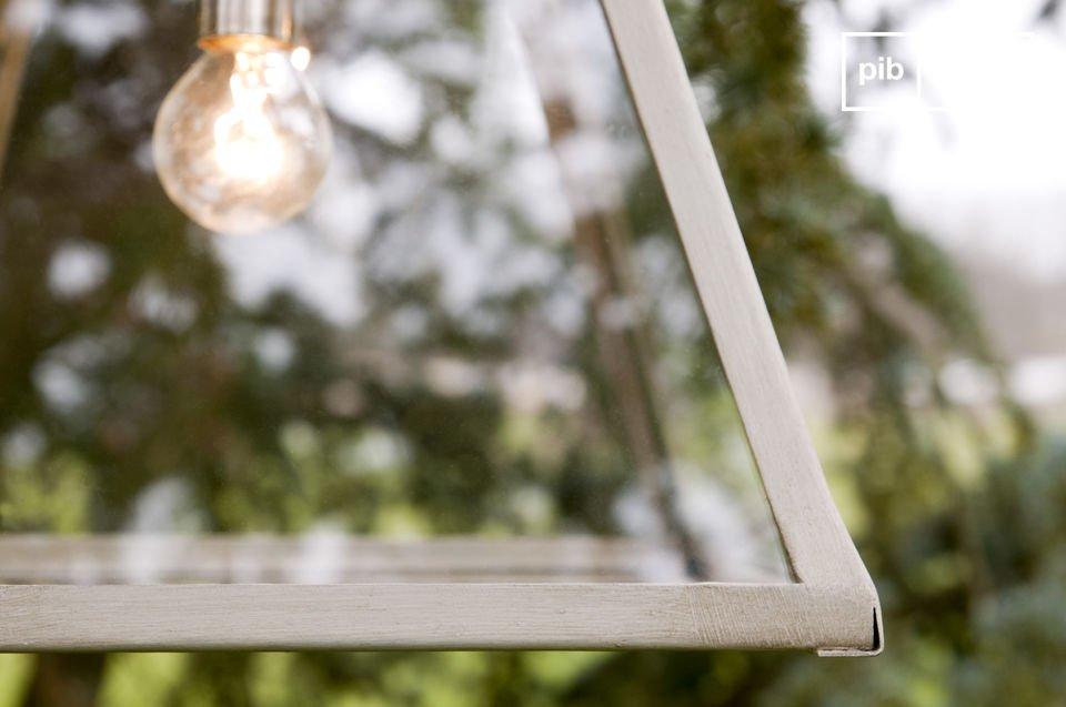 Diese Glaslampe mit ihrem Rahmen aus beige patiniertem Metall besticht durch ihr resolutes Shabby