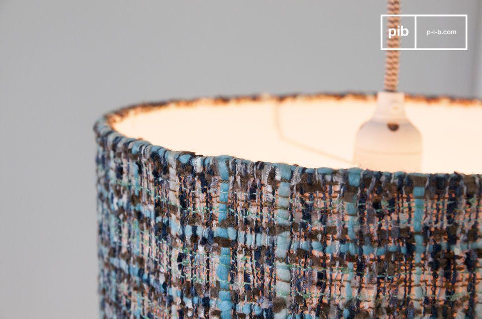 Diese Hängeleuchte mit einem Durchmesser von 30 Zentimetern besitzt eine elegante zylindrische