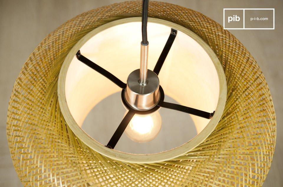 Bewundern Sie die Arbeit der gewebten Bambusstäbe aus denen diese leichte Leuchte besteht