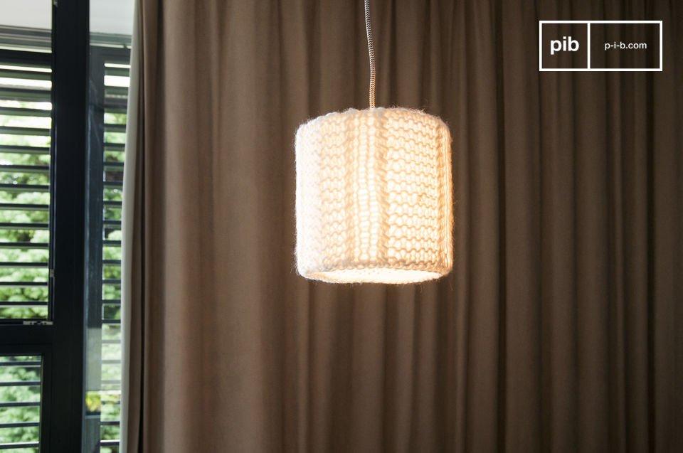Die Hängeleuchte Aguëla ist eine kleine Lampe für Ihre Decke, die ein sanftes Licht im Zimmer Ihrer Wahl ausstrahlen wird, und gleichzeitig Ihrem Interieur eine gemütliche Note ganz im nordischen Stil verleiht