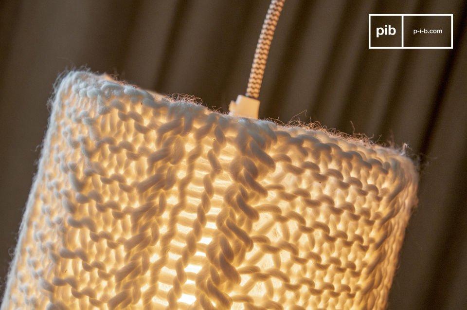 Der Designer Lampenschirm besteht ganz aus fein gestrickten Maschen