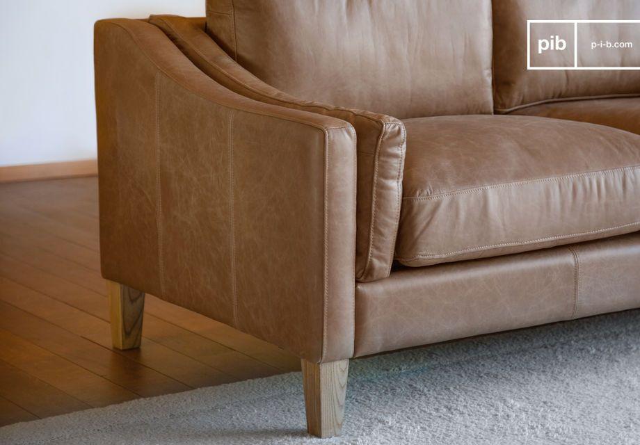 Dieses Sandfarbene Sofa ist sehr stabil aufgrund der massiven Holzbeine