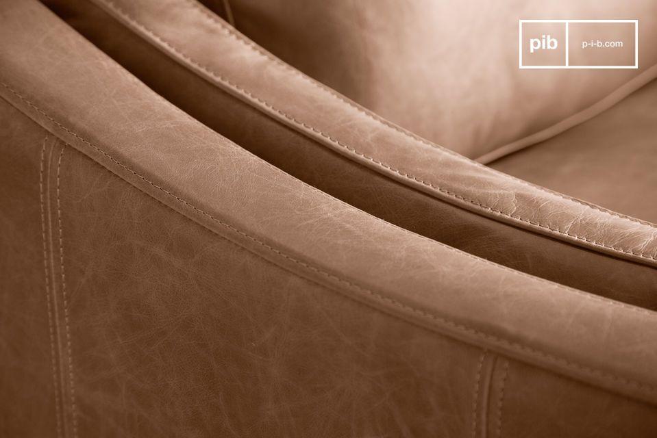 Die Rückseite des Sofas ist ebenfalls mit Leder bezogen, was die gesamte Optik des Sofas abrundet