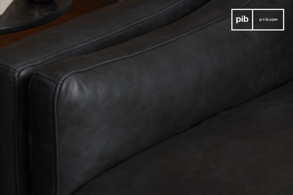 Das Heidisck Sofa unterstreicht die Qualität der Materialien mit seinem 100% Vollnarbenlederbezug