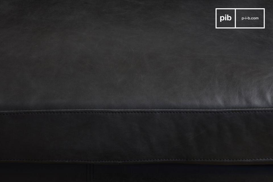 Der ebenfalls sorgfältig verarbeitete Rücken des Sofas ist vollständig mit Leder bezogen