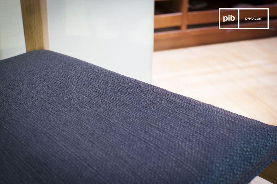 Der helle Holzstuhl Elena ist ganz aus einem edlem hellem und sogleich auch robusten Eichenholz