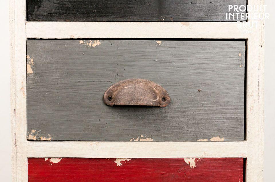 Diese Kommode ist zur Gänze aus Holz gefertigt und hat eine schöne Patina