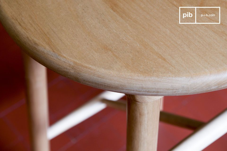 Hergestellt aus Birkenholz ist dieser skandinavische Hocker sowohl schlicht als auch originell