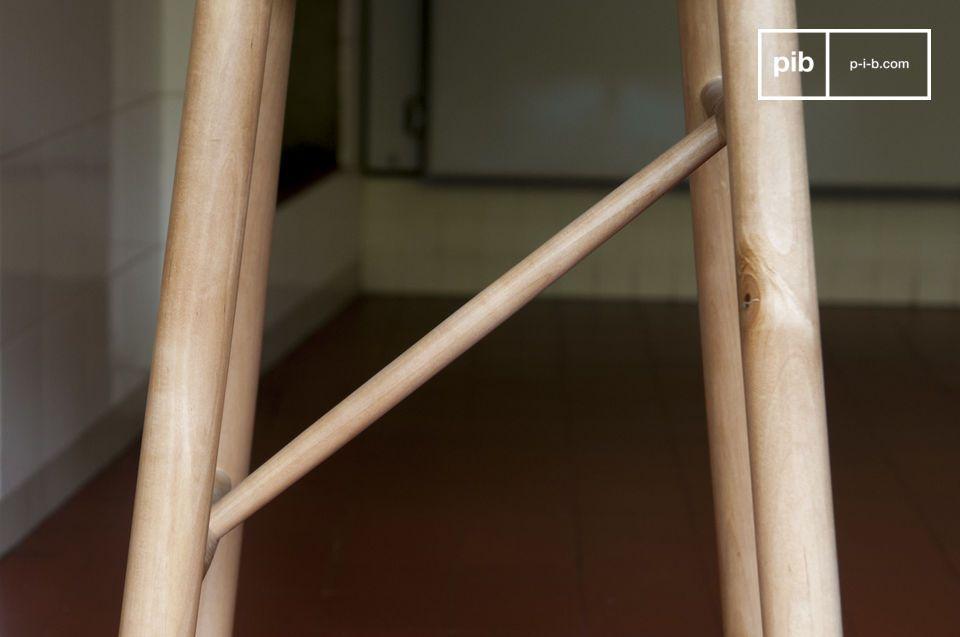 In einer Ecke in einem Schlaf oder Wohnzimmer kann dieser Stuhl auch als Beistelltisch verwendet