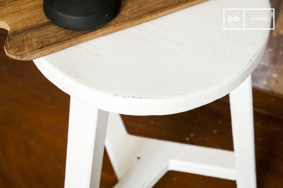 Ein kleines, auch als Beistelltisch benutzbares rustikales Möbel