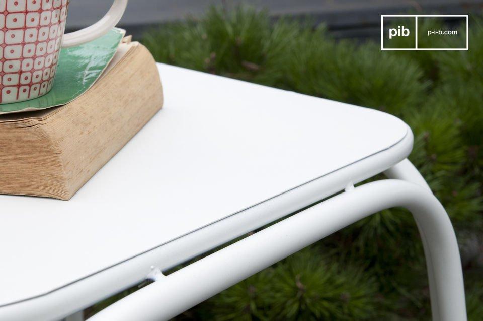 Kann sowohl als Beistelltisch im Wohnzimmer als auch neben einem Bett eingesetzt werden