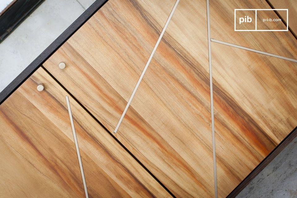 Der Möbelkörper hat sehr gerade Linien die durch Messingeinsätze