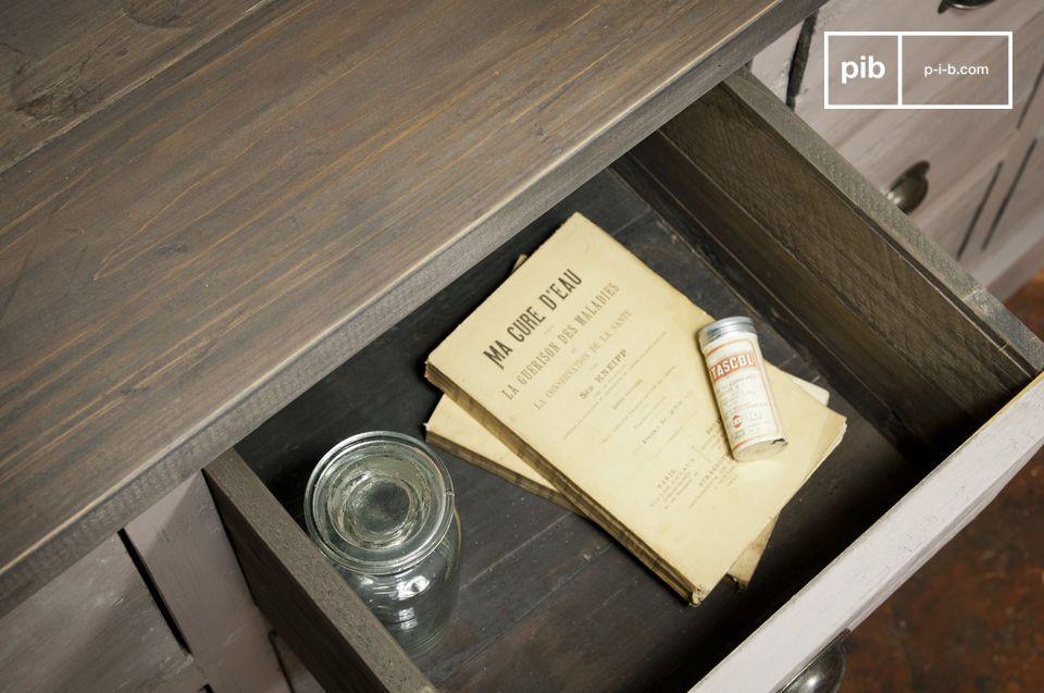 Praktisches und charmantes Aufbewahrungsmöbel aus Massivholz