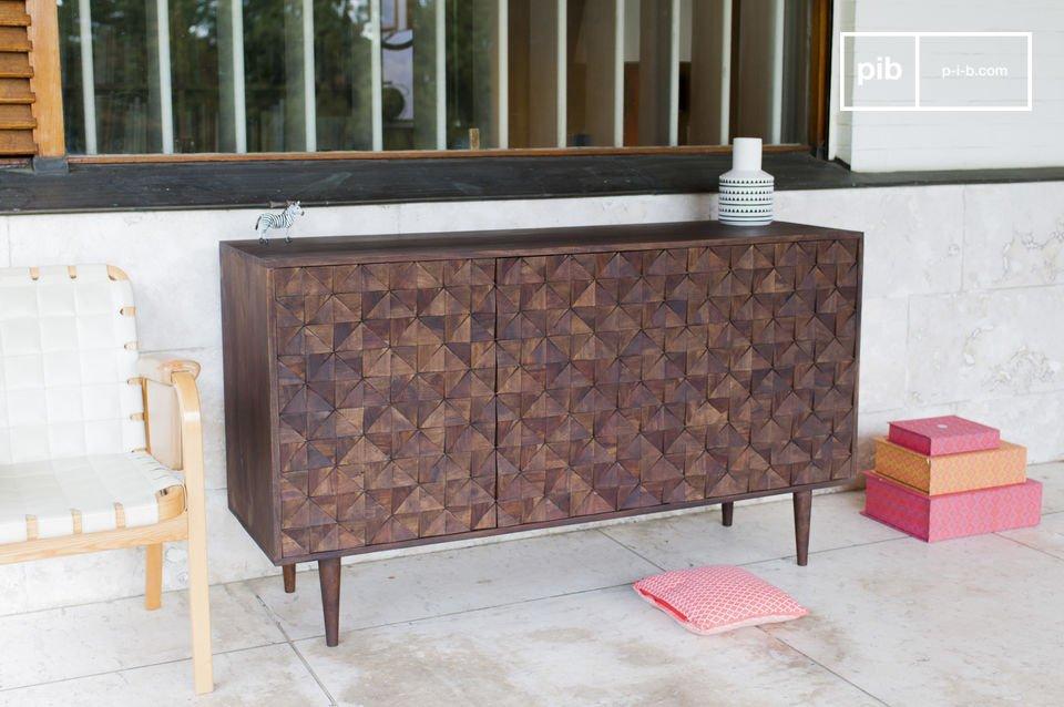 Die Holzkommode Balkis vereint feine Holzbeine und 3 Türen mit geometrischen Reliefs und weist