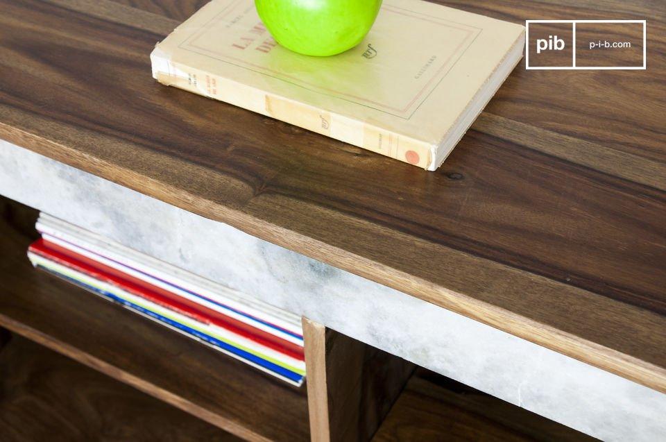 Durch die feinen Metallfüße und den weißen Marmor als Kontrast zu dem dunklen Holz weist die