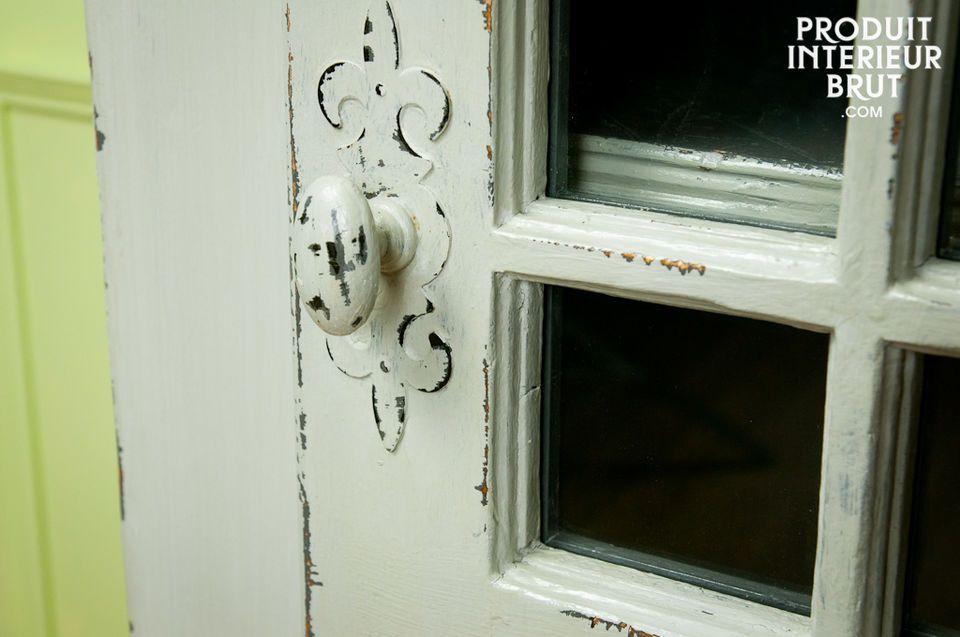 Die Patina besteht aus mehreren Schichten grauer Farbe und verleiht diesem Schrank seinen