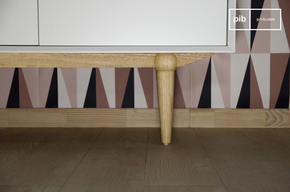 Die 4 sich hinter den Türen befindenden Holztabletts können höhenverstellt werden