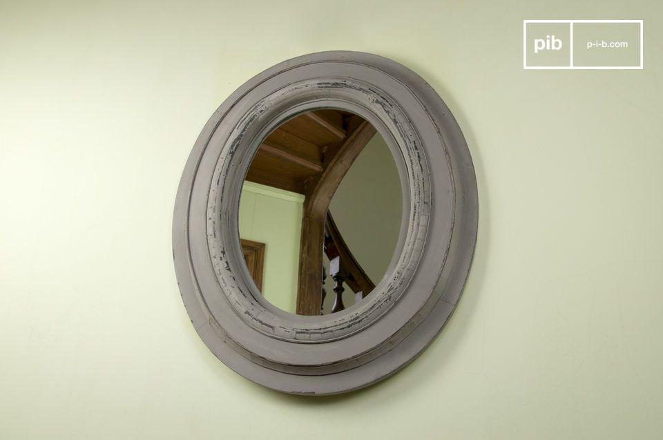 Der Spiegel aus Holz ist ein dekoratives Accessoire für Ihre Wand