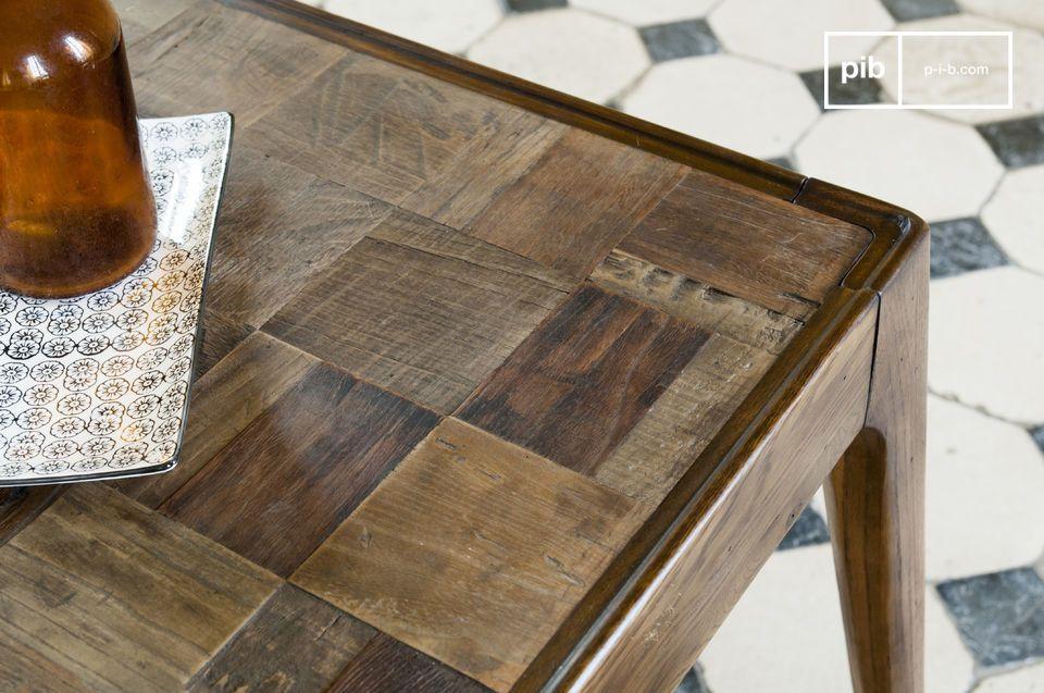 Die Tischplatte des Tisches Tabüto gleicht einem Kunstwerk durch die Mosaike aus alter Holz