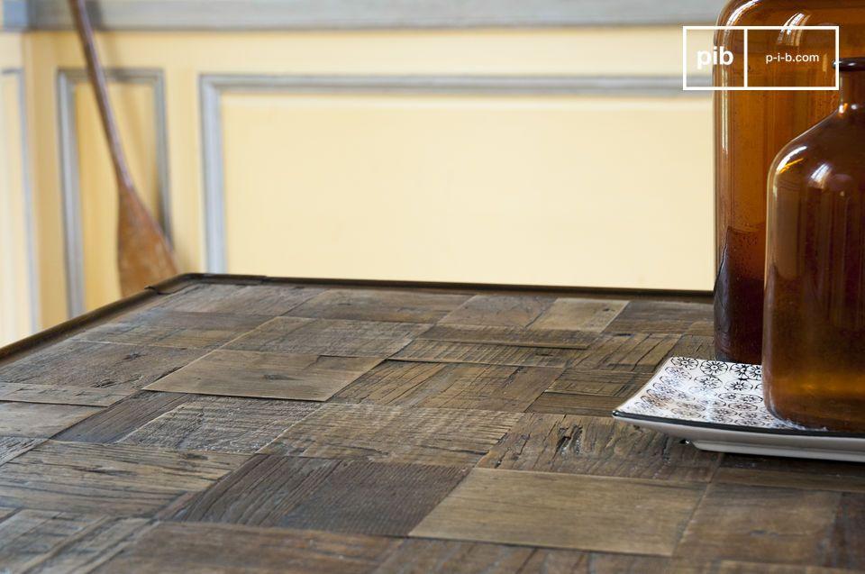Die vielen kleinen Rechtecke aus Holz verleihem dem Tisch ein Relief und machen jeden Tisch zu