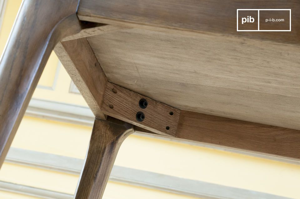Außerdem verfügt der Tisch über eine hohe Stabilität dank seiner Beine aus lackiertem