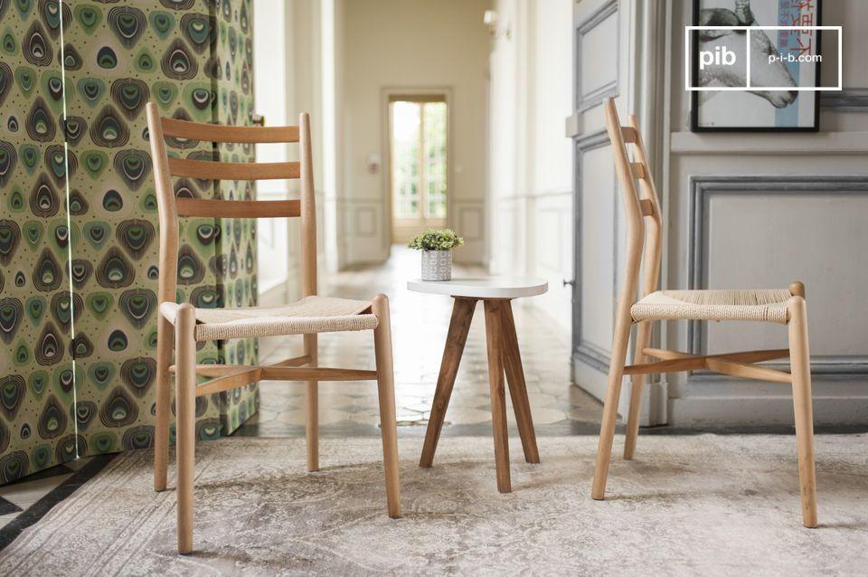Ein Stuhl mit sauberem Design perfekt für einen Esstisch