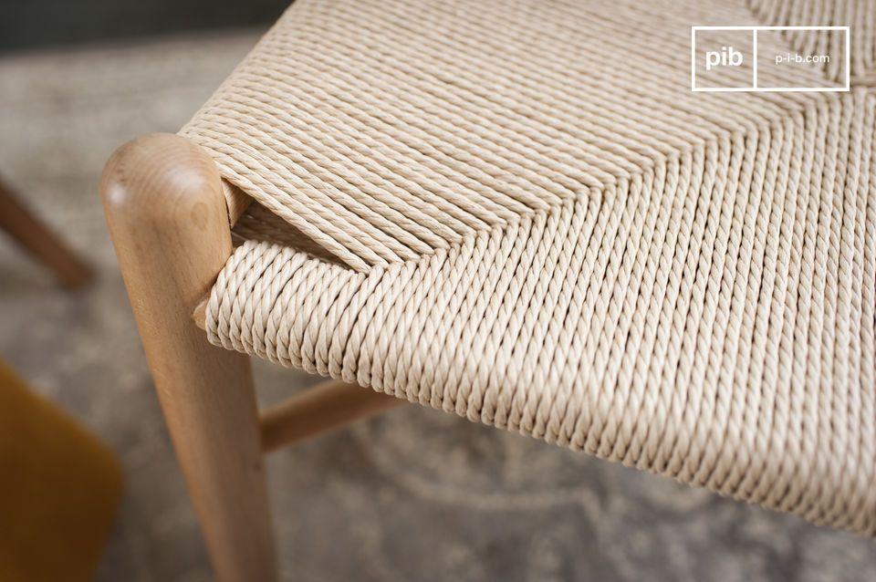 Schlichtes Design und ein Holz glatt und poliert für einen Design Stuhl der gleichzeitig schlicht