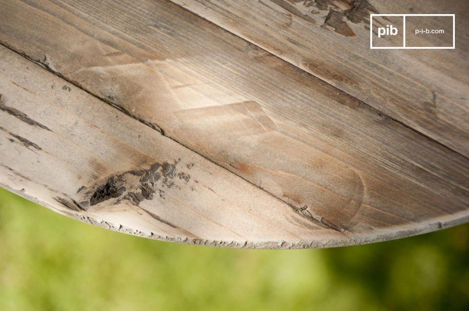 Der Holztisch Adèle ist ein kleines charmantes Möbelstück