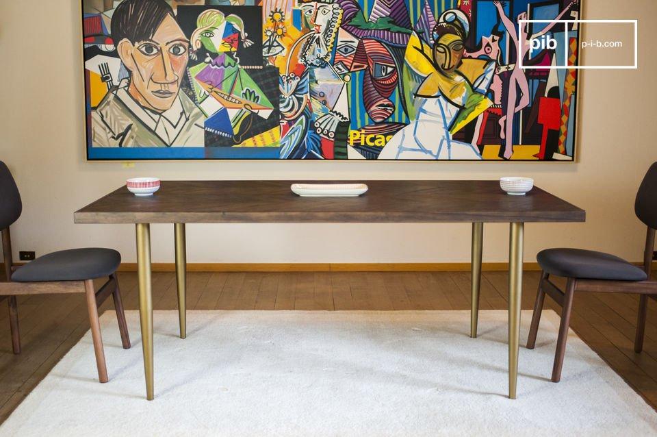 Mit seiner Tischplatte im Stil des Fischgrätparketts beweist der Tisch Alienor einen besonders