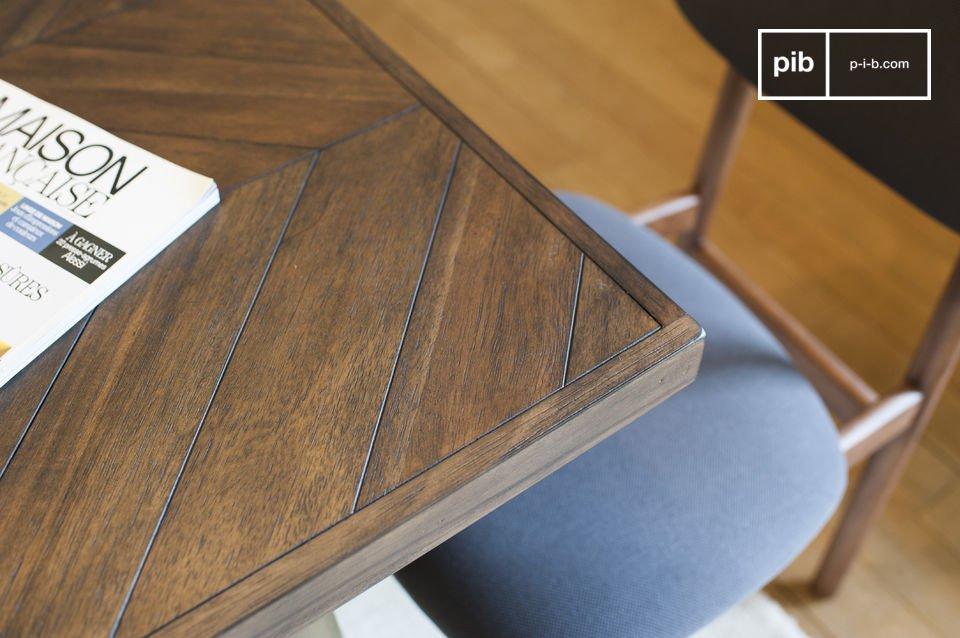 Die Tischbeine aus lackiertem Messing garantieren eine große Stabilität und eine jahrelange