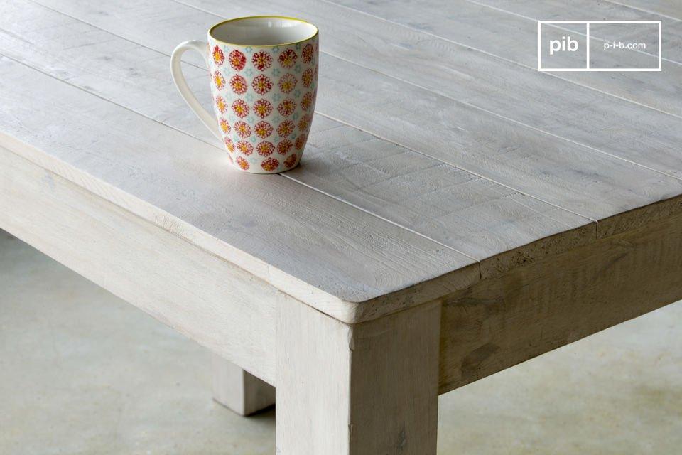 Der Holztisch besitzt mit seiner weiß patinierten Lasur und seinen zeitlos schlichten Formen