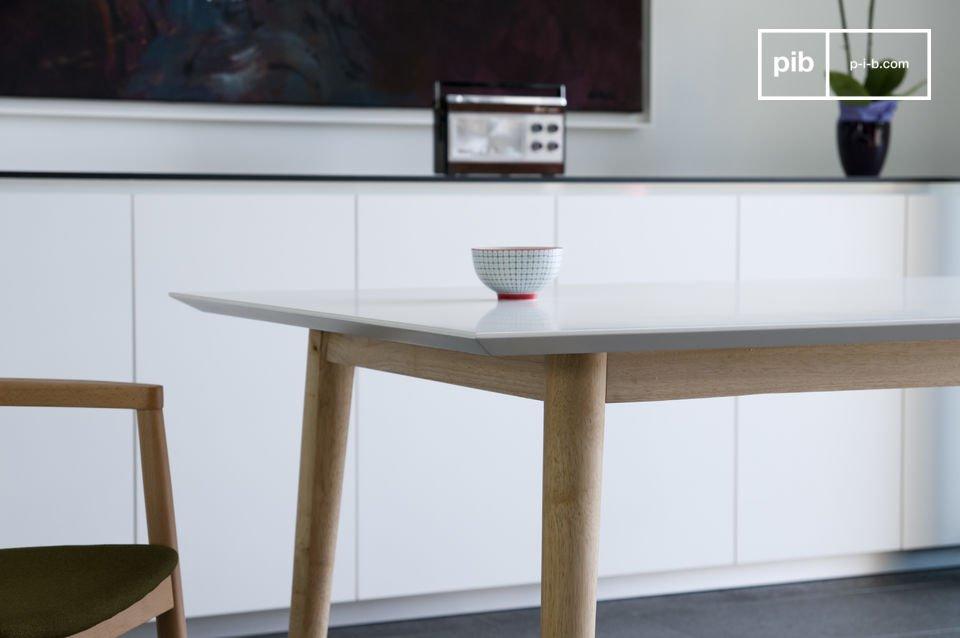 Heller Tisch im skandinavischen Retro Design