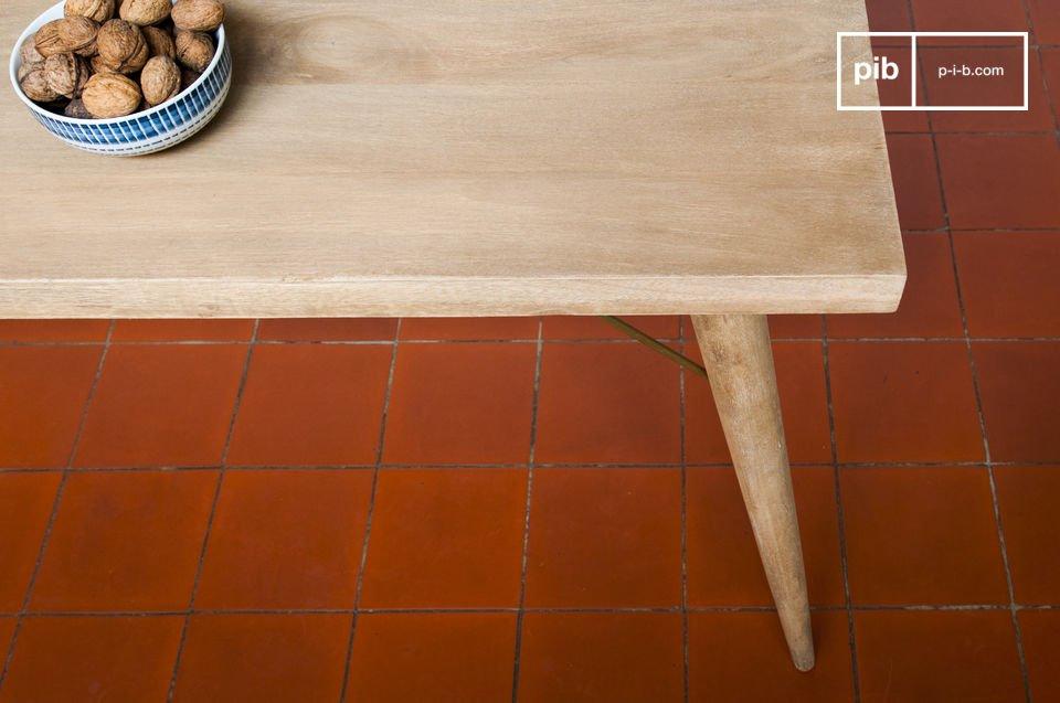 Die Verstärkung aus Metall an jedem Tischbein machen den Tisch noch stabiler und veleihen ihm gleichzeitig einen Hauch von Retrodesign