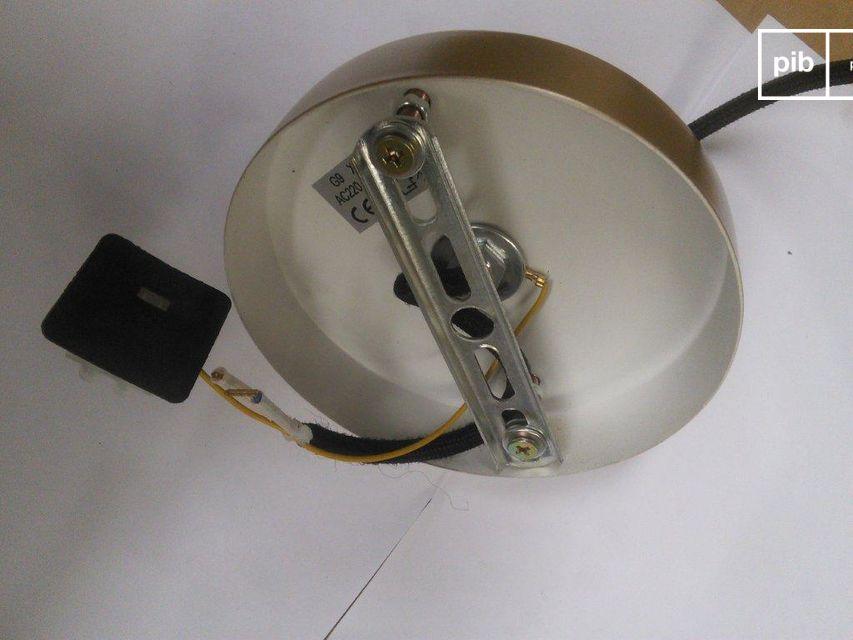 Im Gegensatz dazu ist das Kabel mit einem schwarzen, geflochtenen Textilmantel umwickelt