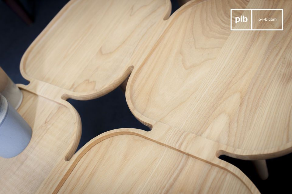 Mit der Montage mehrerer massiver Eschenholzplatten teilt dieser Couchtisch mit der Fantasie seine