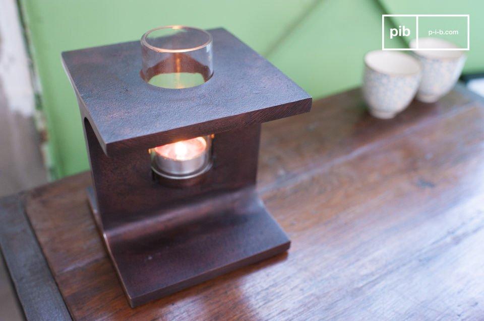 Der Kerzenhalter besteht ganz aus rostfarbigem Metall
