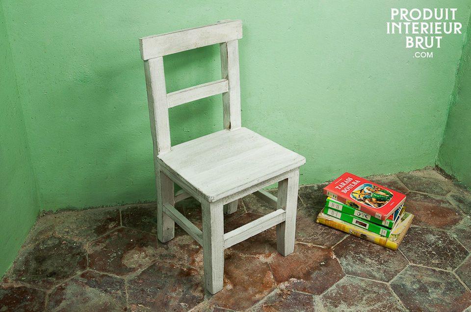 Kinderstuhl aus gebleichtem Holz