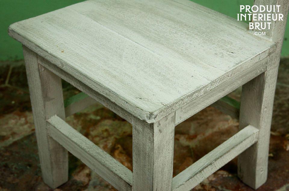 Dieser Stuhl besteht ganz aus Holz und ist besonders leicht