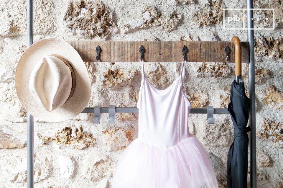 Praktisch und voller Charme nimmt der Kleiderständer auf Rollen Midtown mit der Kombination von